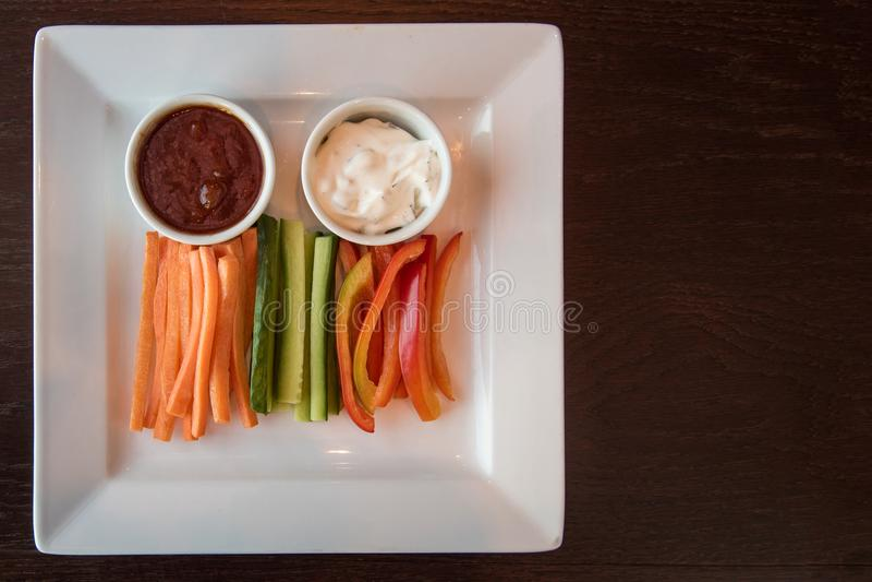 Свежие перец огурца моркови и соус 2 стоковые изображения