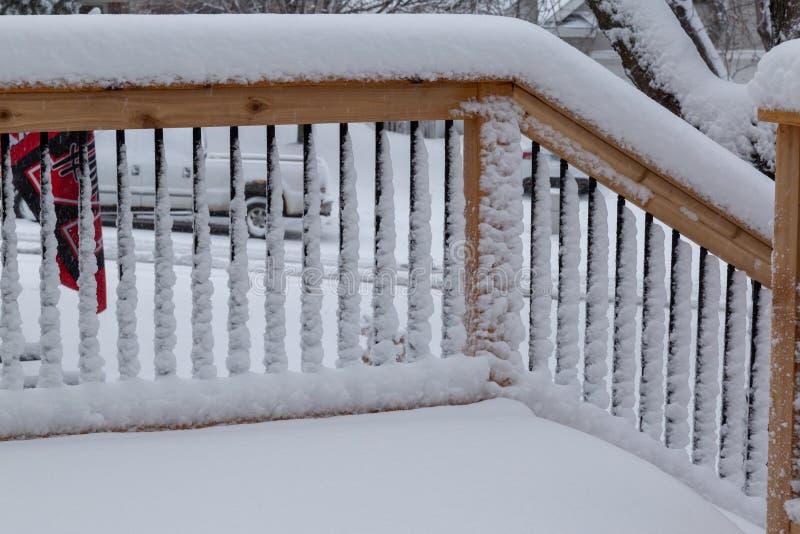 Свежие перила покрытия снега на случае палубы и лестницы стоковые изображения