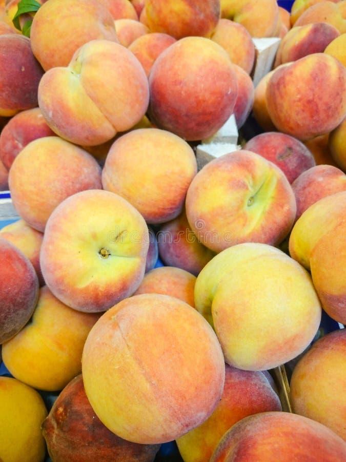 Свежие персики в витрине супермаркета стоковое изображение