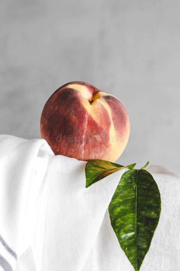 Свежие персики на белой таблице стоковое изображение rf