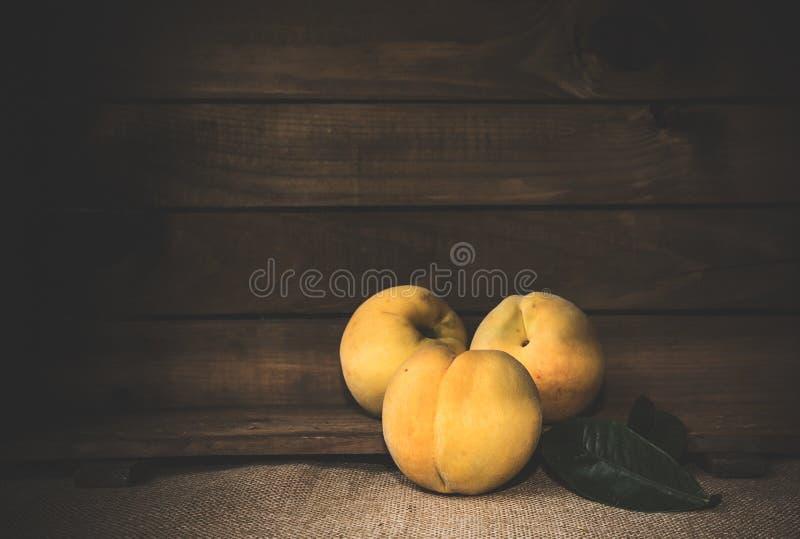 Свежие персики на деревянной доске стоковые изображения