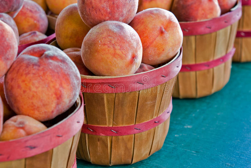 свежие персики стоковые изображения rf