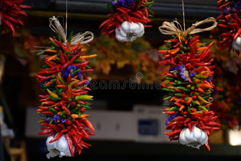 Свежие перцы & чеснок вися на рынке стоковая фотография rf