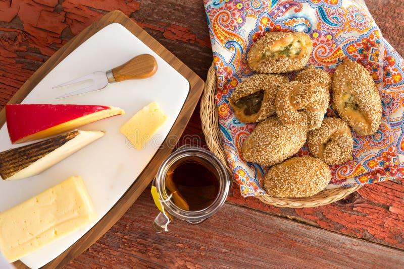 Свежие печенья и сыр Poacha на деревянном столе стоковое изображение rf