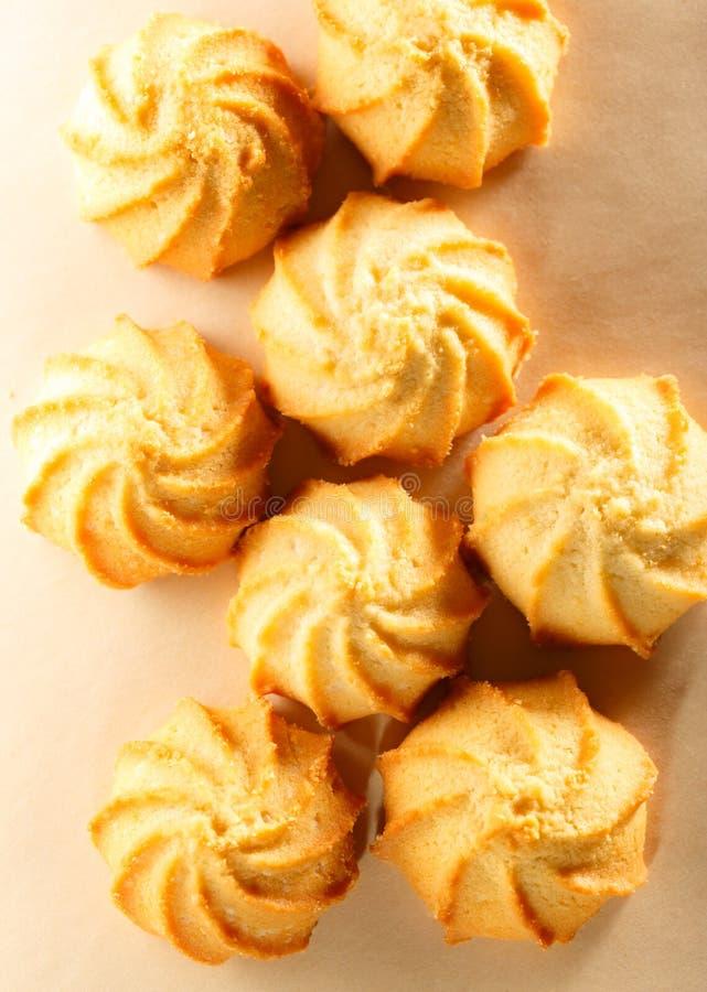 Свежие печенья на бумажной предпосылке стоковые фотографии rf