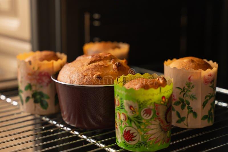 Свежие печь пирожные с изюминками на печь листе в печи стоковое изображение rf