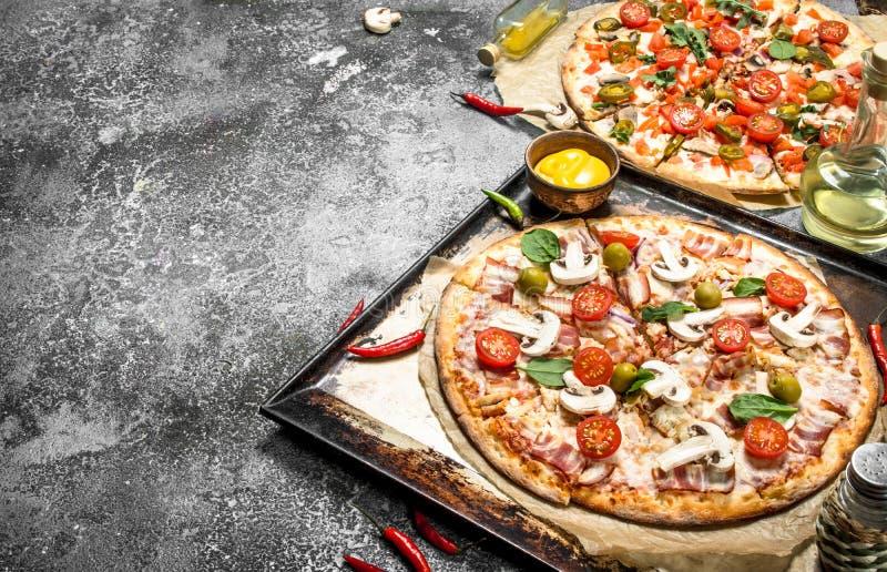 Свежие пиццы с мясом и овощами стоковые фотографии rf