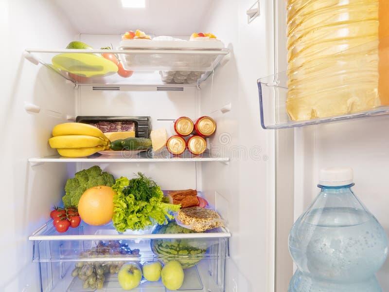 Свежие продукты и питье в открытом холодильнике стоковая фотография