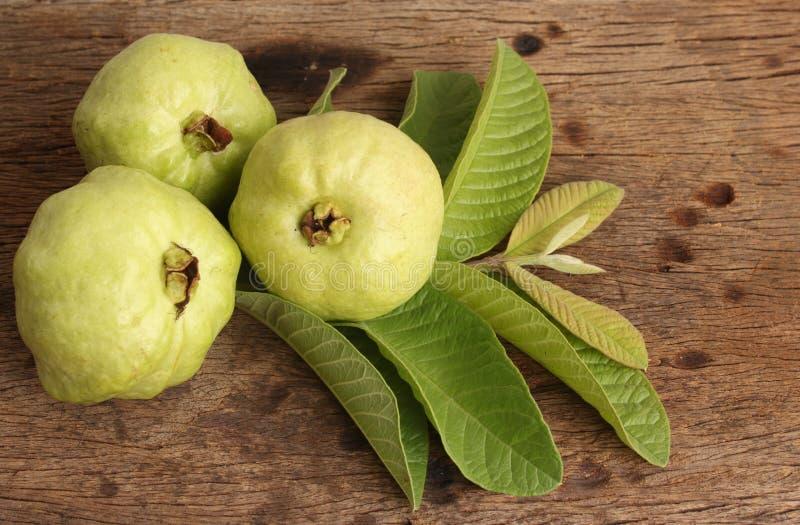 свежие плодоовощ и лист Guava на деревянной предпосылке стоковые изображения