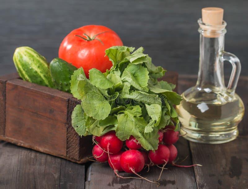 Свежие редиски, томаты, огурцы и оливковое масло стоковые изображения rf