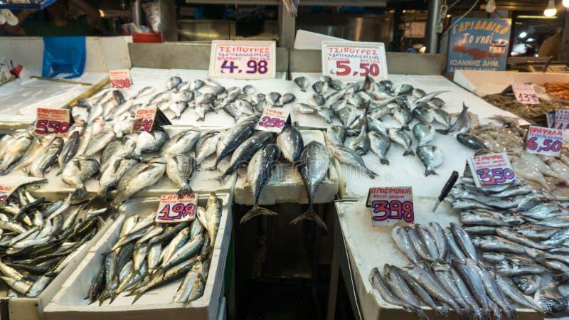 Свежие рыбы будучи проданным на центральном рынке в Афин стоковые фотографии rf