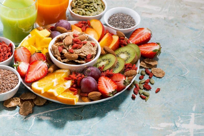 Свежие сезонные плодоовощи, соки и супер еда стоковое фото rf