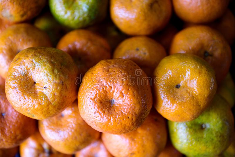 Свежие сжатые зрелые сырцовые апельсины мандарина в рынке фермеров стоковая фотография rf