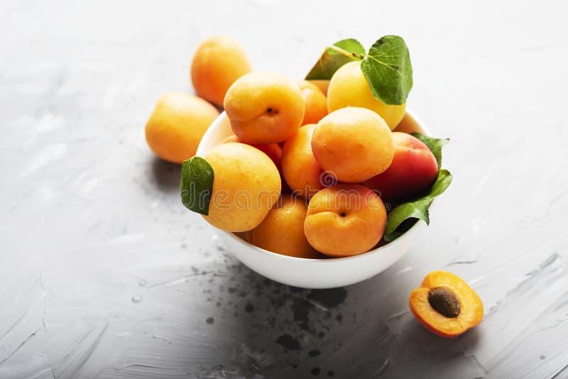 Свежие сладкие абрикосы стоковые фотографии rf