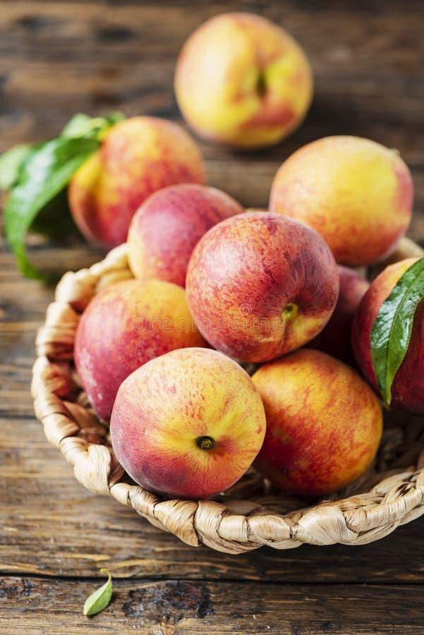 Свежие сладкие персики стоковая фотография