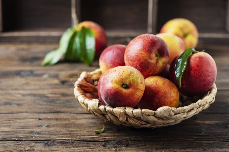 Свежие сладкие персики стоковое фото