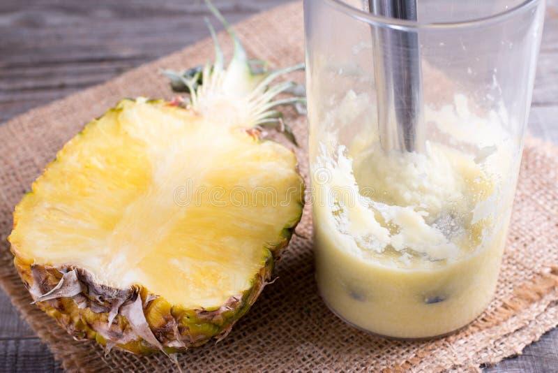Свежие смешанные smoothies плодоовощ сделанные с ананасом стоковое фото rf