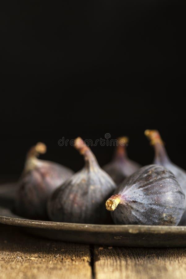 Свежие смоквы в унылом естественном освещении установили с винтажным ретро styl стоковое изображение