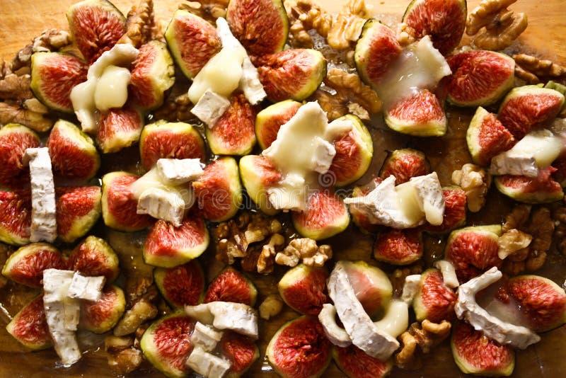 Свежие смоквы с сыром и грецкими орехами козочки стоковые изображения