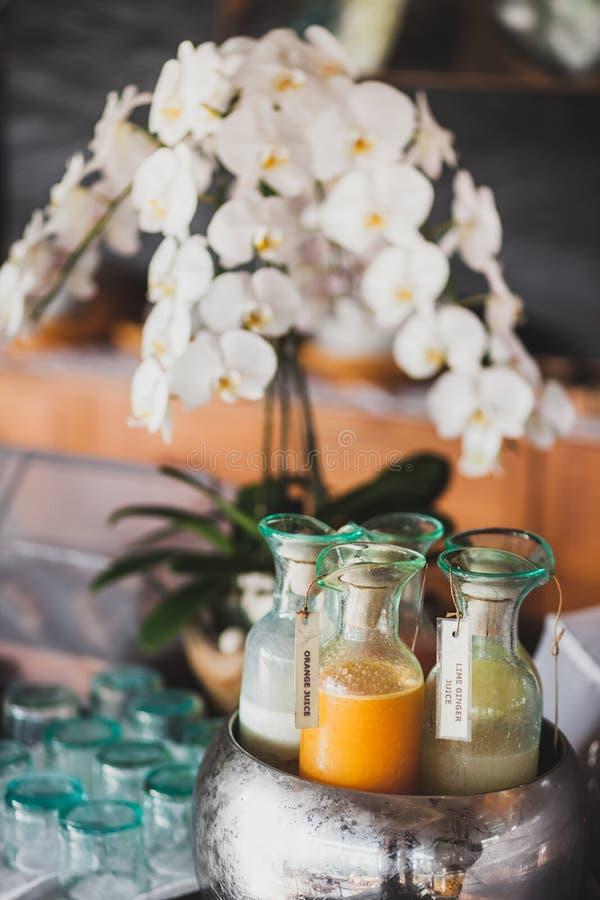 Свежие сок, молоко, коктейль и milkshakes в кувшинах стоковое фото rf
