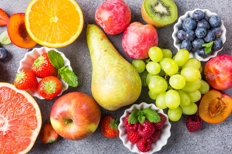 Свежие сортированные плодоовощи и ягоды стоковое фото