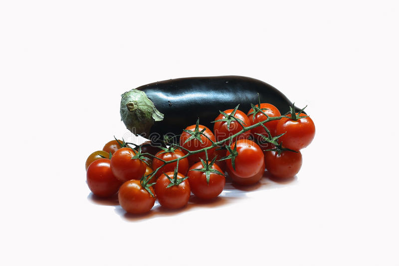 Свежие сочные баклажан и томаты стоковые изображения rf