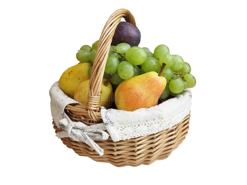 Свежие сочные плодоовощи в плетеной корзине изолированной на белизне стоковое изображение rf