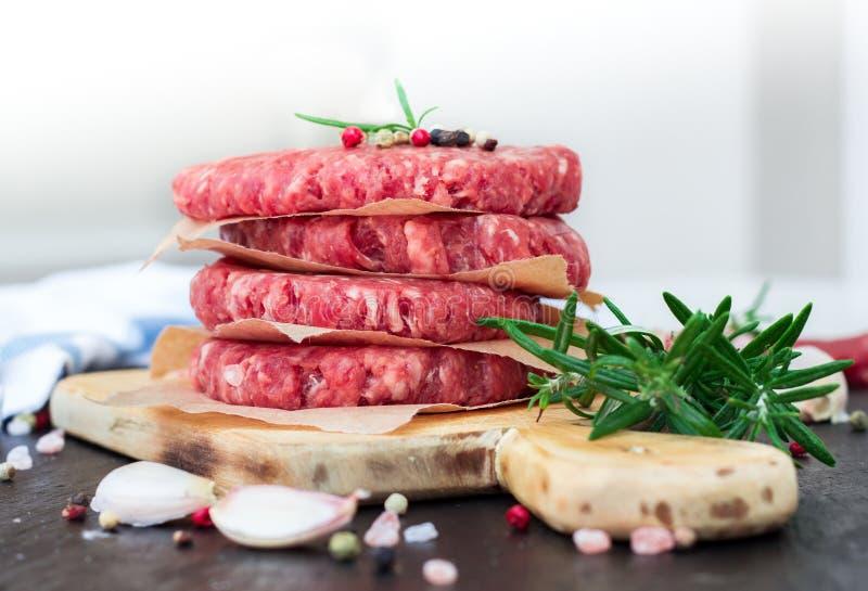 Свежие сырцовые котлеты бургера, внешняя предпосылка стоковые изображения