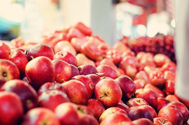 свежие сырцовые красные яблоки приносить на стойле рынка в Малайзии стоковое изображение rf