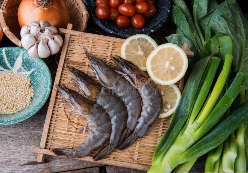 Свежие сырцовые креветки установленные с vegatables стоковое изображение rf