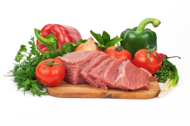 Свежие сырцовые куски мяса говядины с овощами стоковое фото