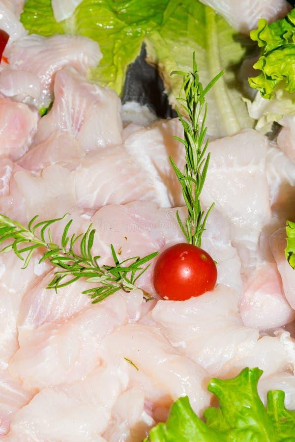 Свежие сырцовые рыбы тележки Pangasius частей на счетчике Свежие рыбы для продажи в рынке стоковые фото