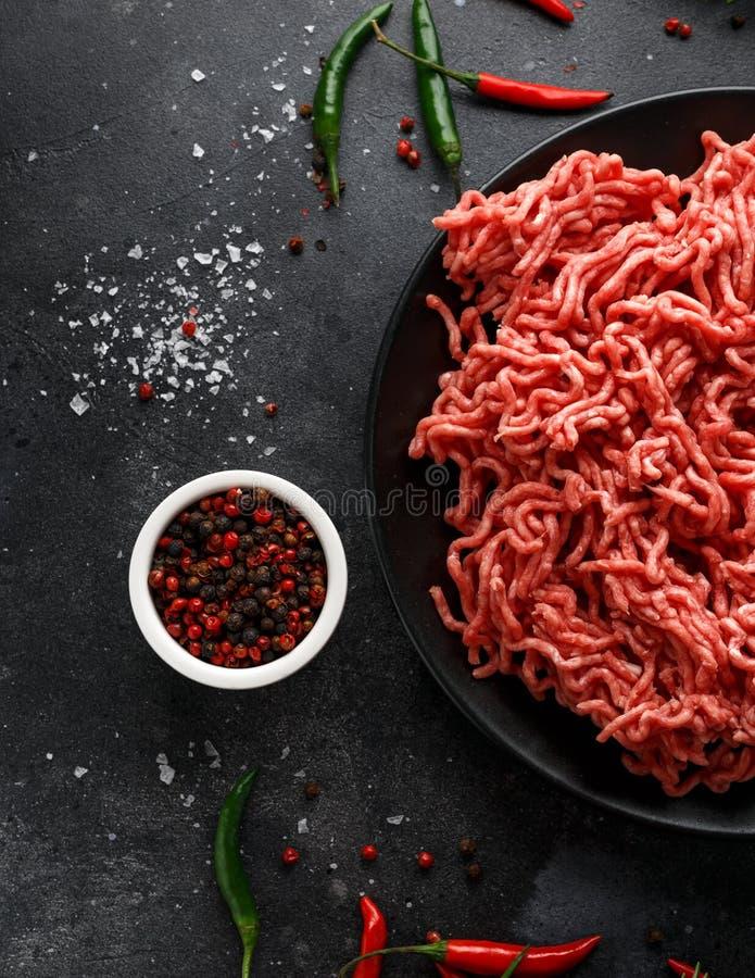 Свежие сырцовые семенят, семенить говядина, земное мясо с травами и специи на черной плите стоковые фотографии rf