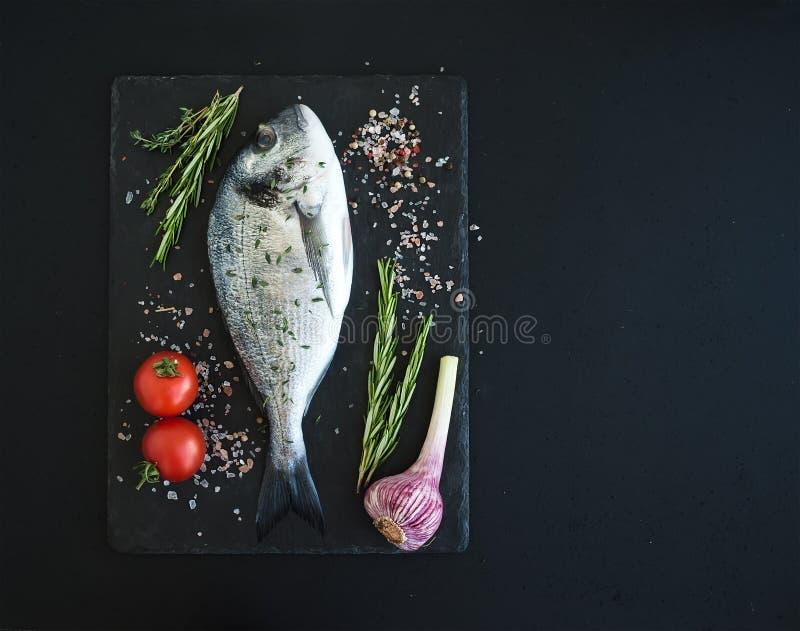 Свежие сырые рыбы леща dorado или моря с стоковые фотографии rf
