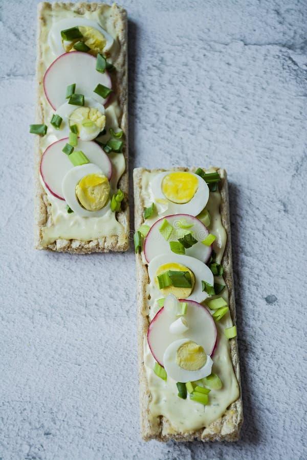 Свежие сэндвичи с яйцом триперсток, редиской и расплавленным сыром Сэндвичи Veggie : : стоковая фотография rf