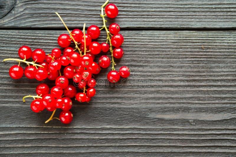 Свежие сладостные красные смородины на деревянной предпосылке стоковые изображения