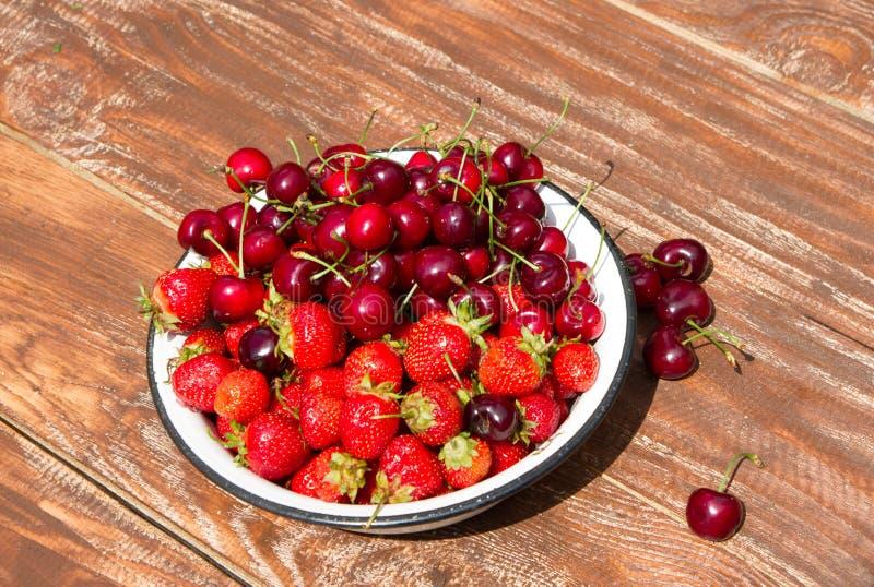 Свежие сладостные клубника и вишня в шаре стоковые фотографии rf