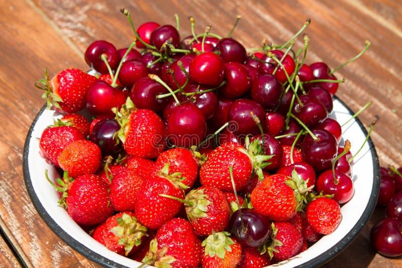 Свежие сладостные клубника и вишня в шаре стоковое фото