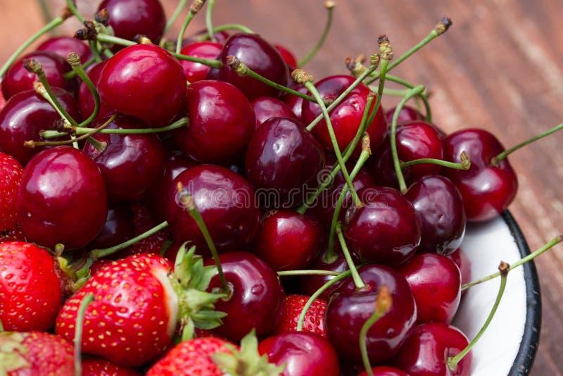 Свежие сладостные клубника и вишня в шаре стоковые фото