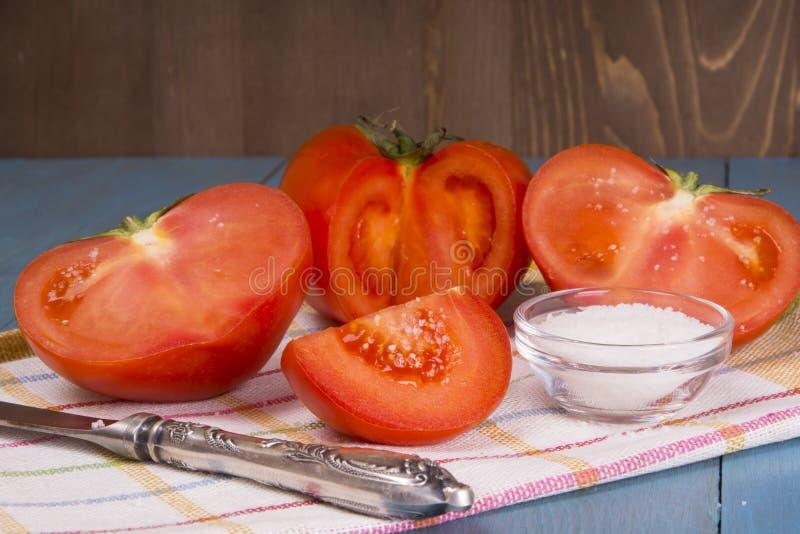 Свежие томаты виноградины с базиликом и грубым солью для пользы как варить ингридиенты с уменьшанным вдвое томатом на переднем пл стоковые изображения
