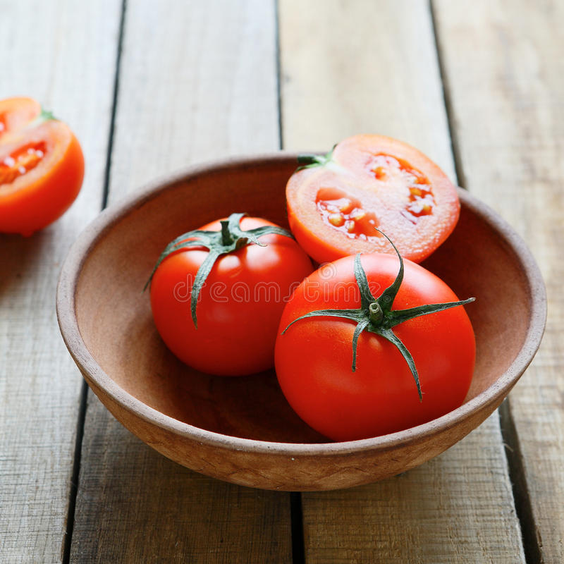 Свежие томаты в старом шаре стоковые фото