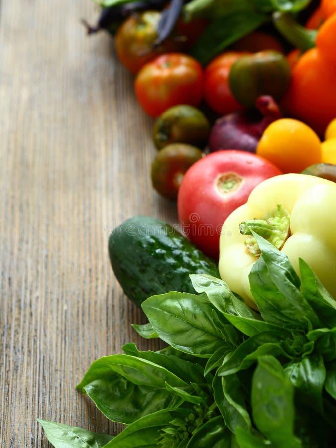 Свежие томаты и огурцы, овощи на досках стоковое фото rf