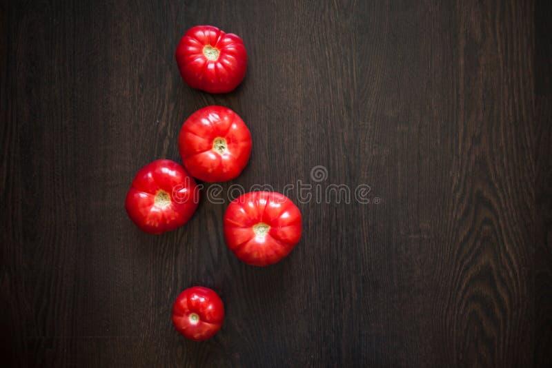 Свежие томаты на деревянном столе диетпитание здоровое стоковое фото
