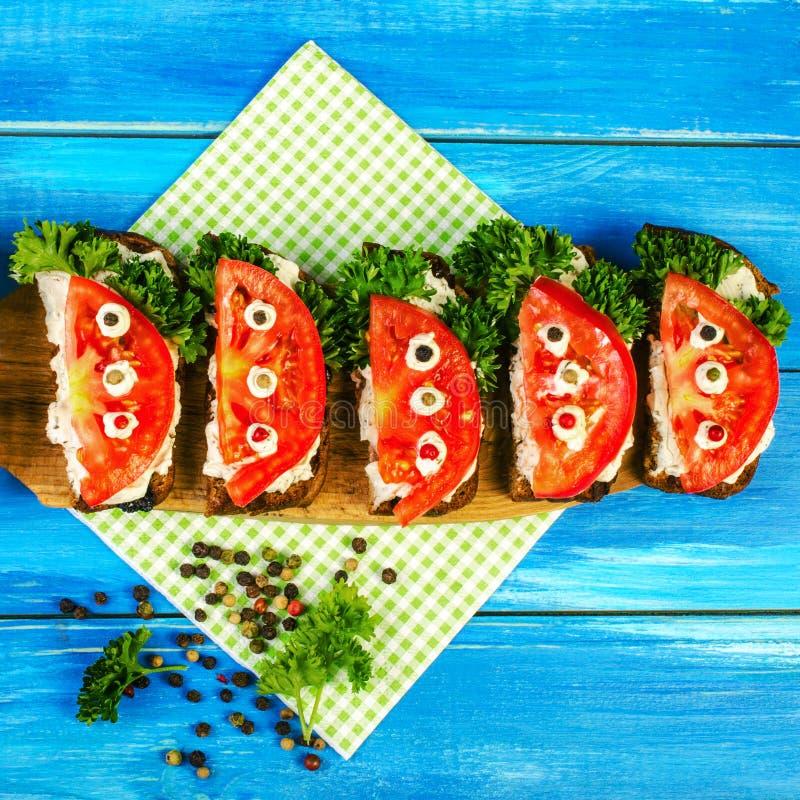 Свежие томат и петрушка, на зажаренном в духовке хлебе Сандвич лета открытый стоковое фото