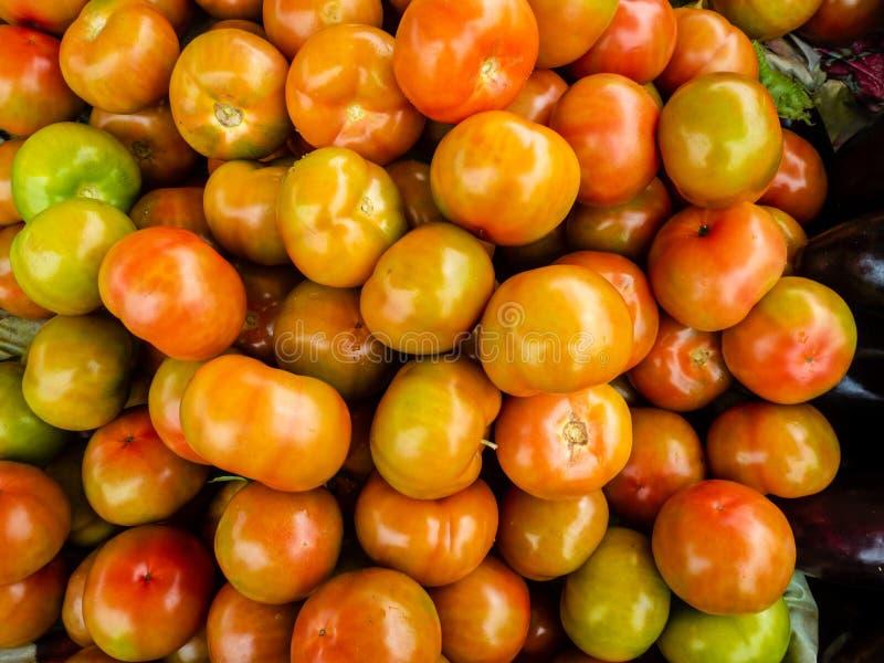 Свежие фрукты и овощи на уличном рынке стоковое изображение rf