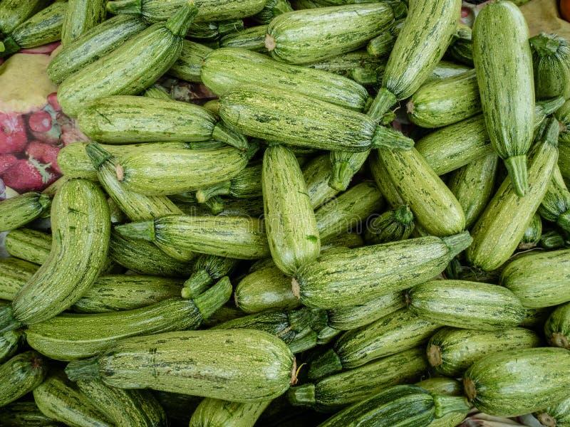 Свежие фрукты и овощи на уличном рынке стоковые изображения