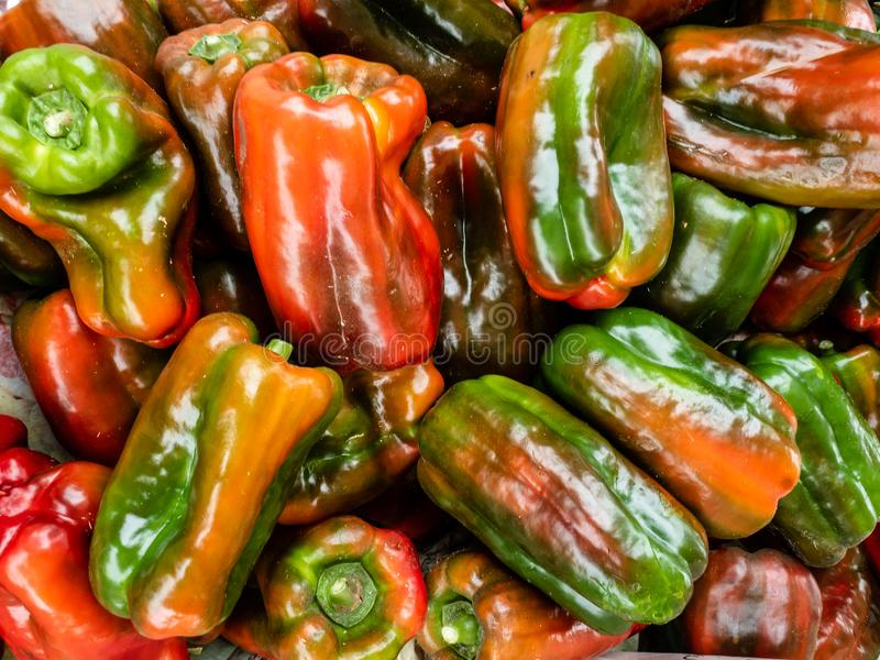 Свежие фрукты и овощи на уличном рынке стоковое фото