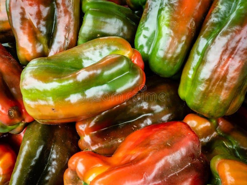 Свежие фрукты и овощи на уличном рынке стоковые фотографии rf