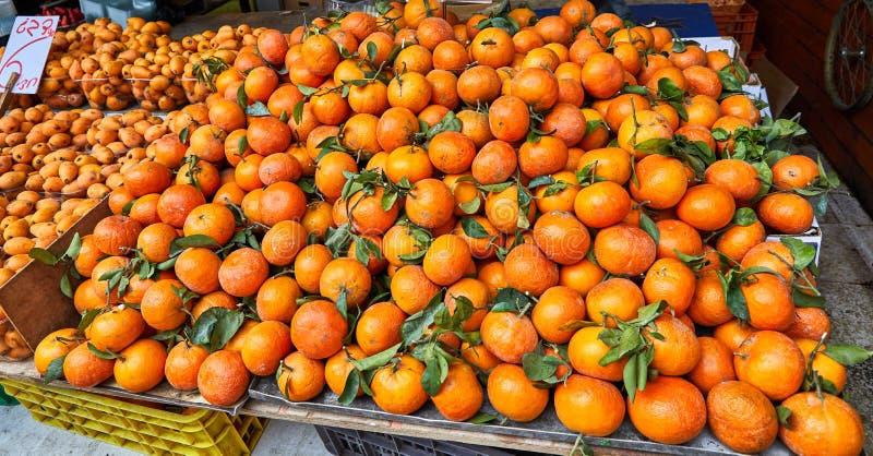 Свежие фрукты и овощи проданы на открытом рынке Carmel в Тель-Авив, Израиле Восточный рынок стоковая фотография rf