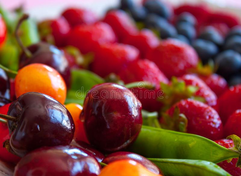 Свежие фрукты и ягоды стоковое изображение